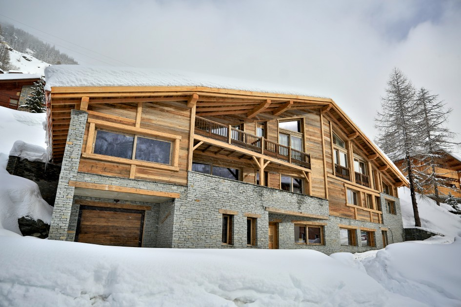 Chalet Rock and Love Exterior in the snow
