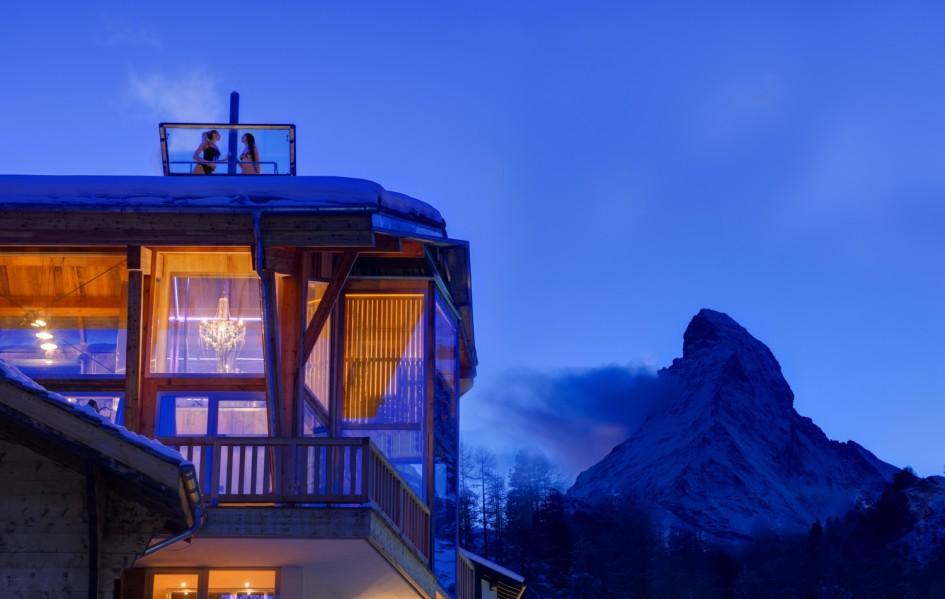 rooftop-levitating-hottub-at-backstage-chalet-zermatt